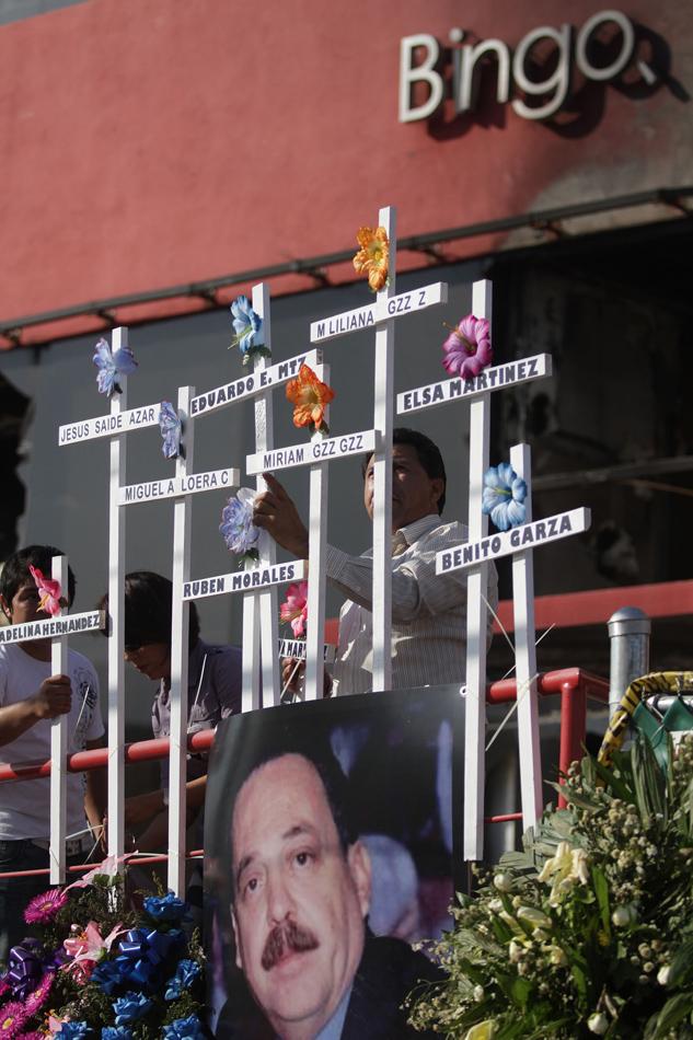 Retiran cruces de víctimas en casino Royale; deudos piden explicación