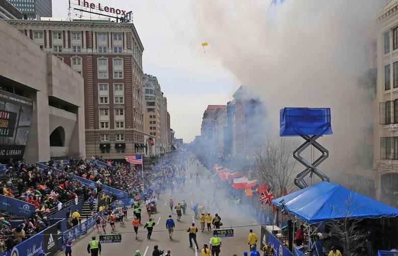 Se tiñe de rojo el maratón de Boston