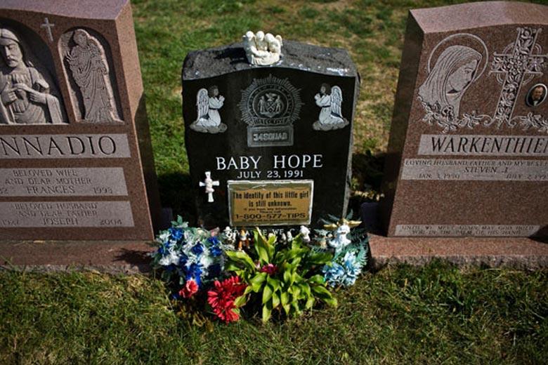 Migrante poblana halla, 22 años después, tumba de su hija