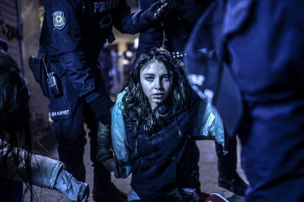 El turco Bulent Kilic ha ganado en la categoría de noticias de actualidad. La fotografía muestra a una joven durante los disturbios entre manifestantes y policía ocurridos en una protesta tras el funeral del adolescente Berkin Elvan el 12 de marzo de 2014 en Estambul.