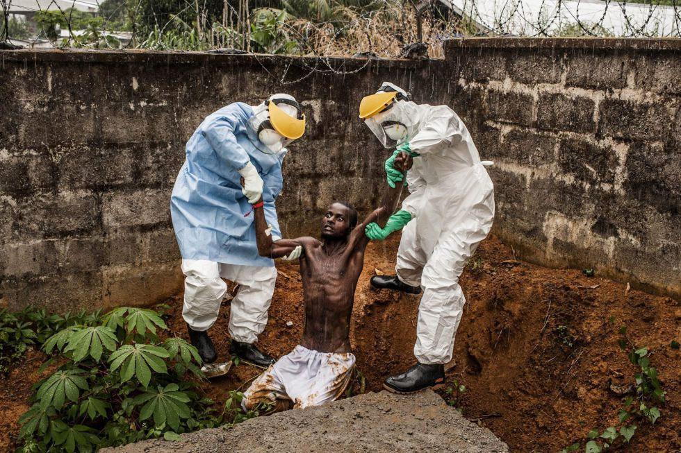 El fotógrafo estadounidense Peter Muller ha ganado en la categoría de noticias generales. La imagen muestra a personal sanitario en un centro de atención a enfermos de ébola con un paciente en estado de delirio en Hastings (Sierra Leona), el pasado 23 de noviembre de 2014.