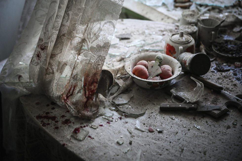 El fotógrafo ruso de la agencia European Pressphoto Agency (EPA) Sergei Ilnitsky es el ganador en la categoría de noticias generales. La imagen muestra los daños en la mesa de una cocina en el centro de Donetsk (Ucrania), tras ser alcanzada por el fuego de artillería durante los enfrentamientos entre soldados ucranios y milicias prorrusas el 26 de agosto de 2014.