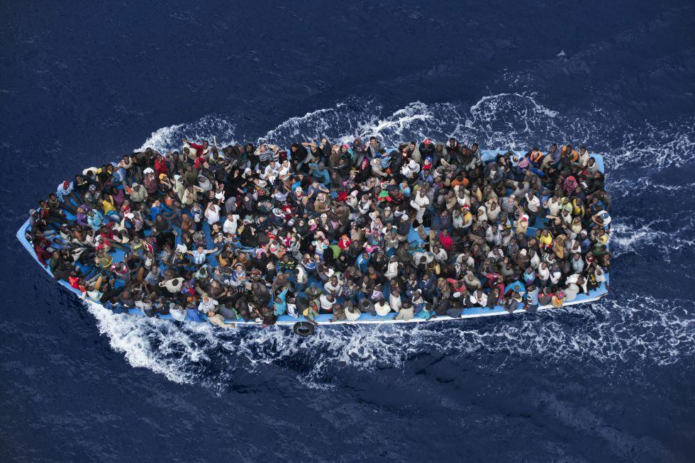 Segundo premio en la categoría de noticias generales para el fotógrafo italiano Massimo Sestini, que muestra el rescate de inmigrantes por una fragata italiana el 7 de junio de 2014.