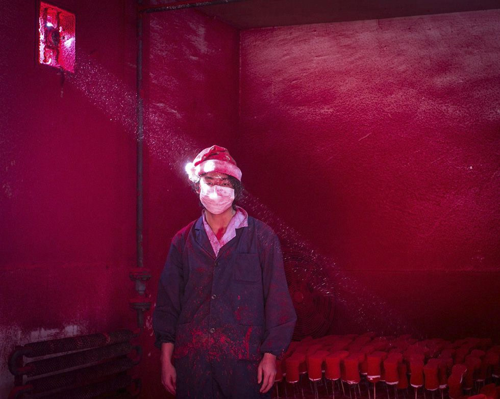 El fotógrafo chino, Ronghui Chen, galardonado con el segundo premio en la categoría temas contemporáneos. La imagen muestra a un trabajador en una fábrica de decoración navideña en China.