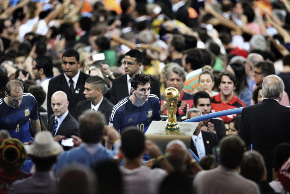 Instantánea tomada por el fotógrafo chino Bao Tailing, que ha ganado el máximo galardón en la categoría fotografía en solitario de noticias deportivas. La imagen muestra al delantero argentino Lionel Messi durante la final de Mundial de la FIFA 2014 disputada en el estadio Maracaná de Río de Janeiro (Brasil), el 13 de julio de 2014.