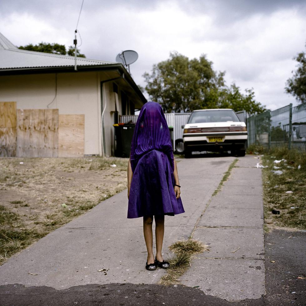 La fotógrafa australiana Raphaela Rosella, ganadora en la categoría individual de retratos. La imagen muestra a la niña llamada Laurinda mientras espera el autobús a su colegio vestida con un traje morado, en Moree (Nueva Gales del Sur).