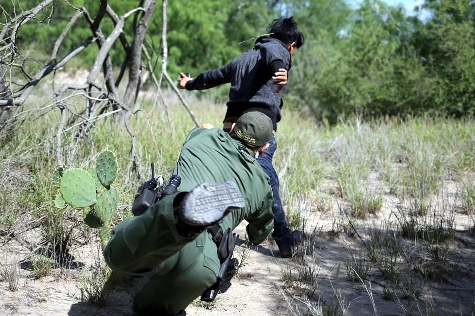 Evade migrante tacleada de agente