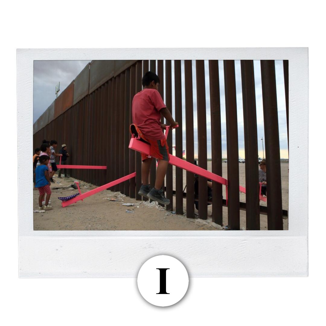 Instalan un sube y baja en el muro fronterizo con Estados Unidos