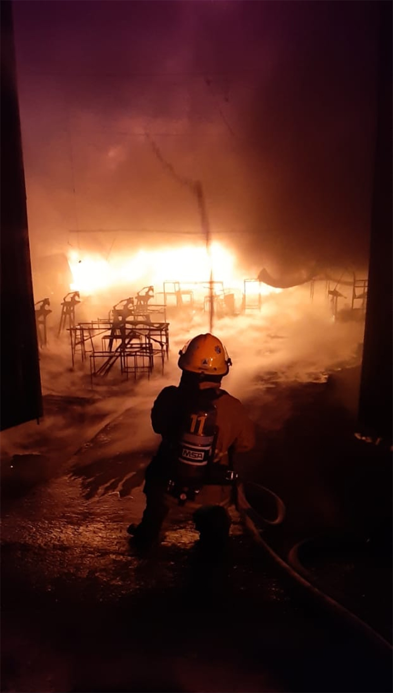 Sofocan incendio en bodega ubicada en Bosques de Santa Anita