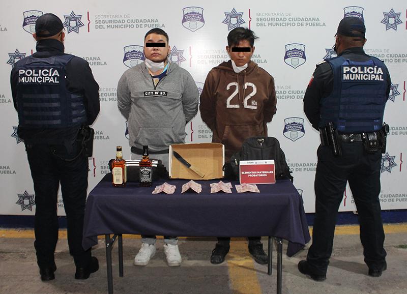 En combate al robo contra tiendas Oxxo, Policía Municipal de Puebla reportó la detención de dos probables asaltantes